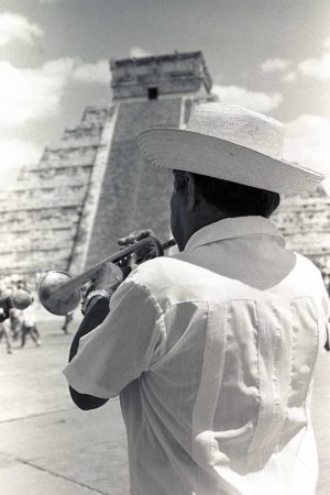 Trompetista en Chichén Itzá